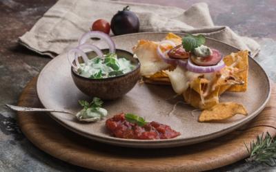 Nachos mit selbst gemachten Guacamole und Salsa